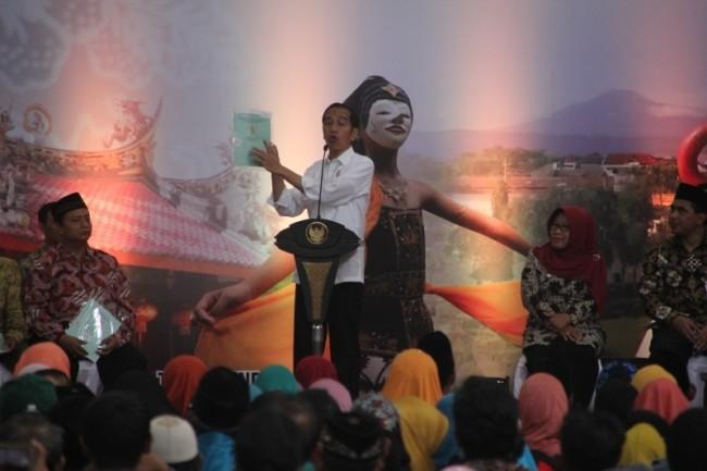 Jokowi Distributes 3000 Land Certificates in Tegal