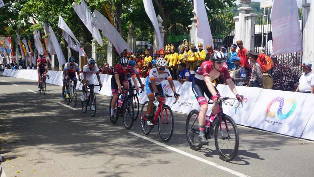 Seluruh Pembalap Kembali Melintasi Danau Singkarak pada Etape 6