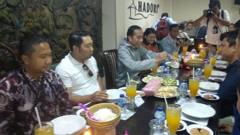 Ditemani Emil, Presiden Jokowi Santap Sate di Bandung