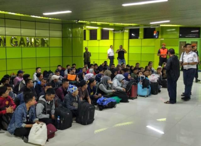 Ratusan Orang Korban Hoaks Telantar di Gambir