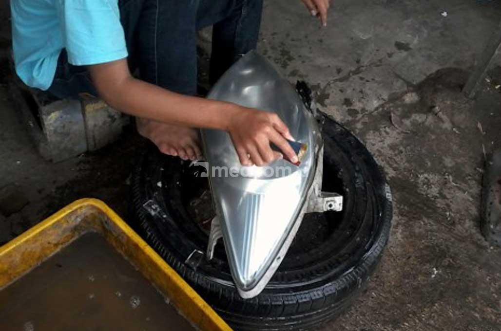 Lampu Mobil Berembun, Tanda Segel Penutup Tidak Rapat