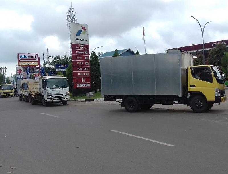 Antrean Kendaraan Diesel Mengular di SPBU Batam