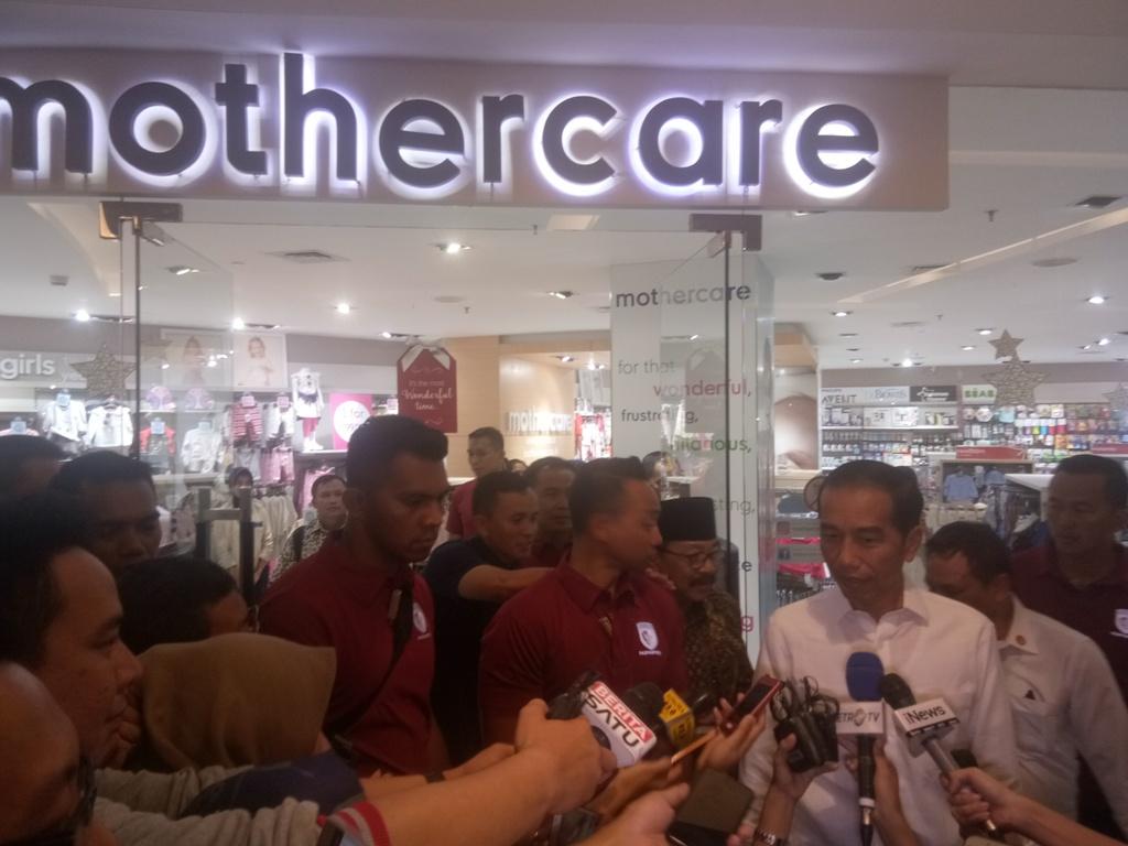 Jokowi Beli Pakaian untuk Putri Kahiyang