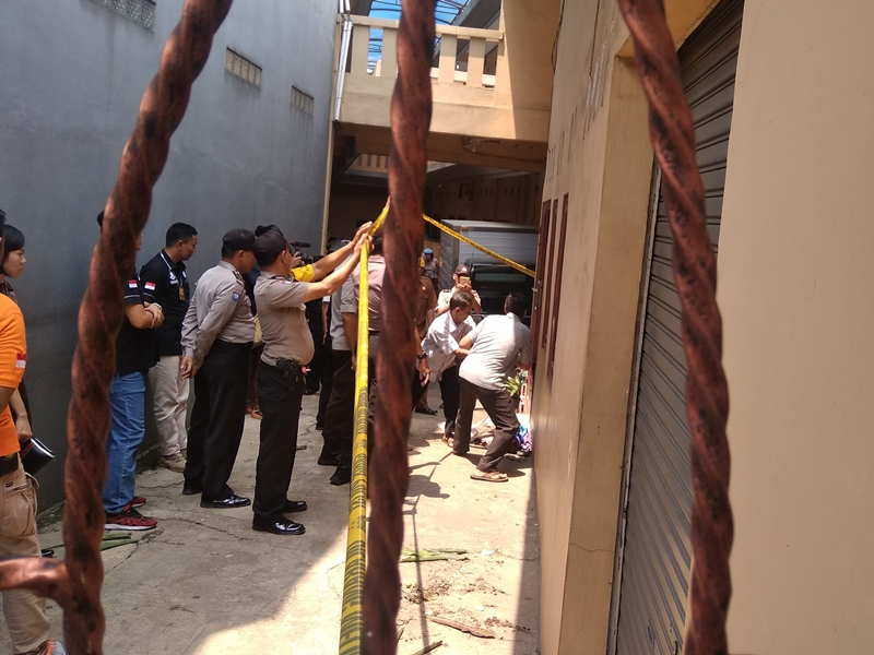 Pintu Utama TKP Pembunuhan Keluarga Diperum Dibongkar