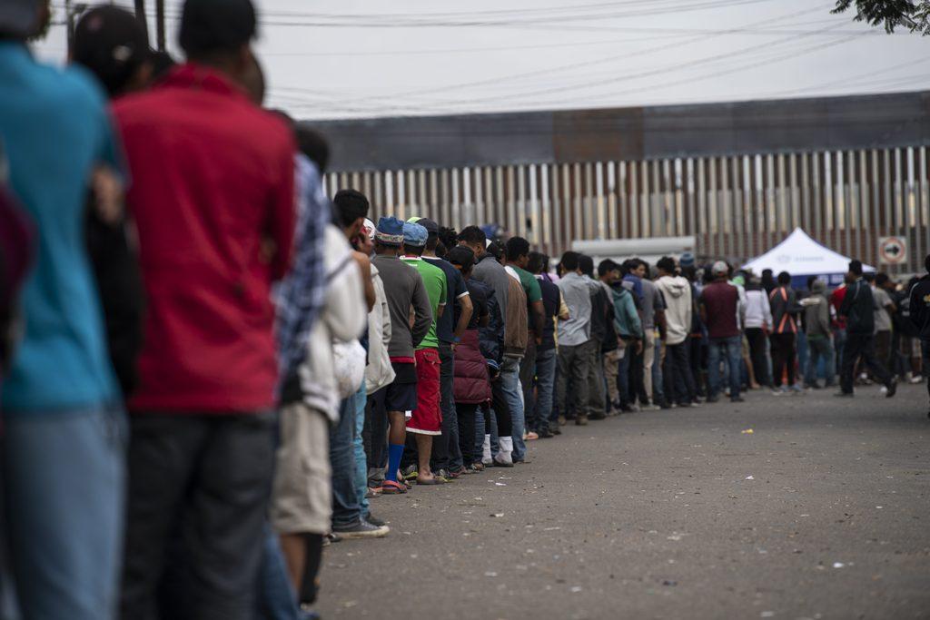 Trump Minta Imigran di Perbatasan Tinggal di Meksiko