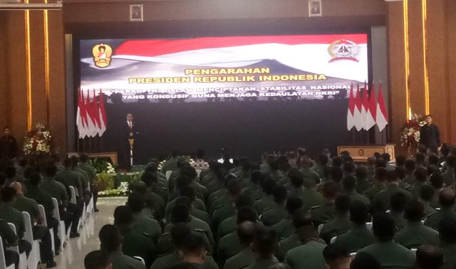 Jokowi Praises Local Military Officials