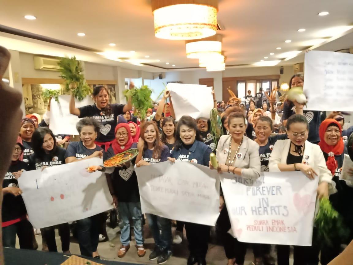 Mak-Mak Deklarasi Dukung Jokowi Sambil Bawa Sayur