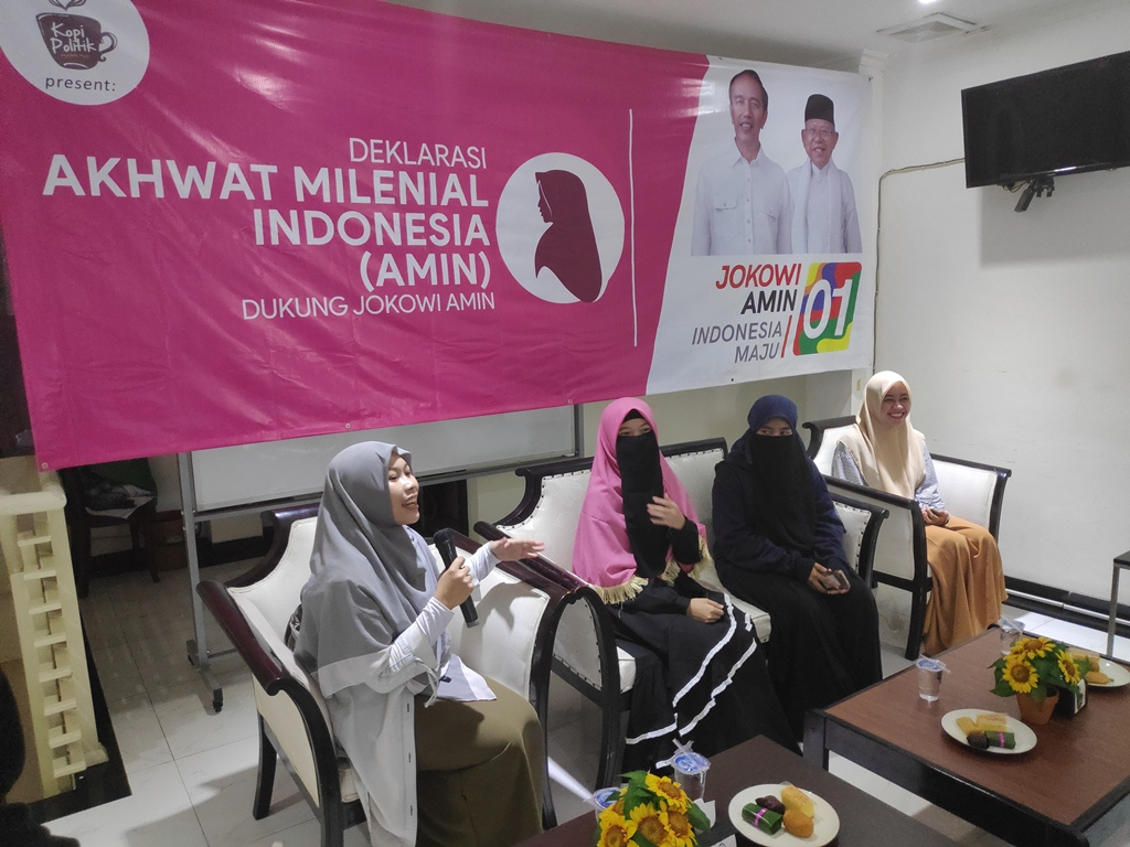 Akhwat Milenial Terpikat Sikap Santun Jokowi