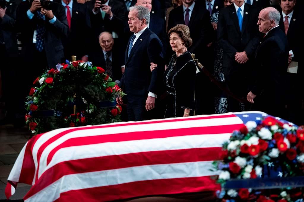 Peti Jenazah Bush Tiba di Capitol Hill