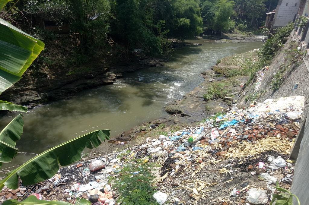 Diawasi CCTV, Sampah Masih Dibuang ke Sungai Brantas