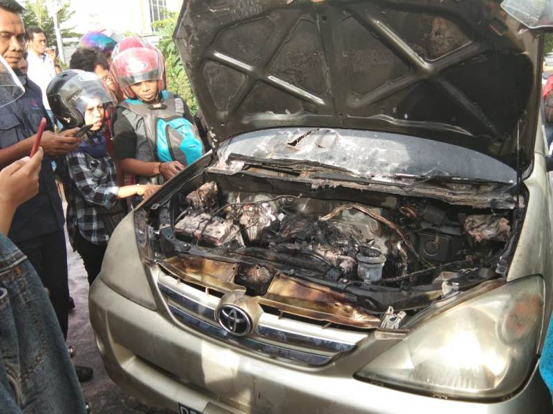 Dua Penumpang Nyaris Terjebak Dalam Mobil Terbakar
