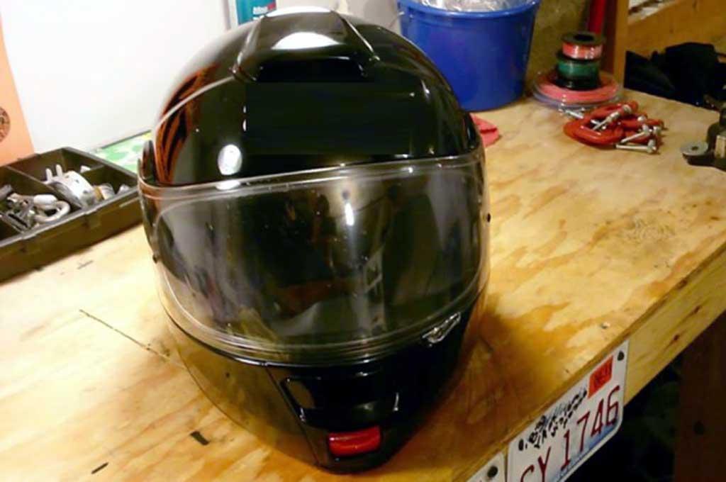 Jangan Lalai Bersihkan Kaca Helm saat Musim Hujan