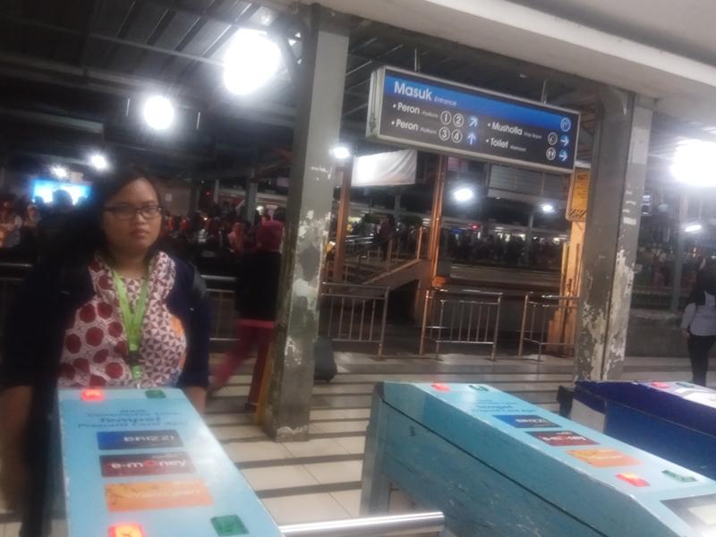 KRL Kepulkan Asap di Stasiun Depok Lama
