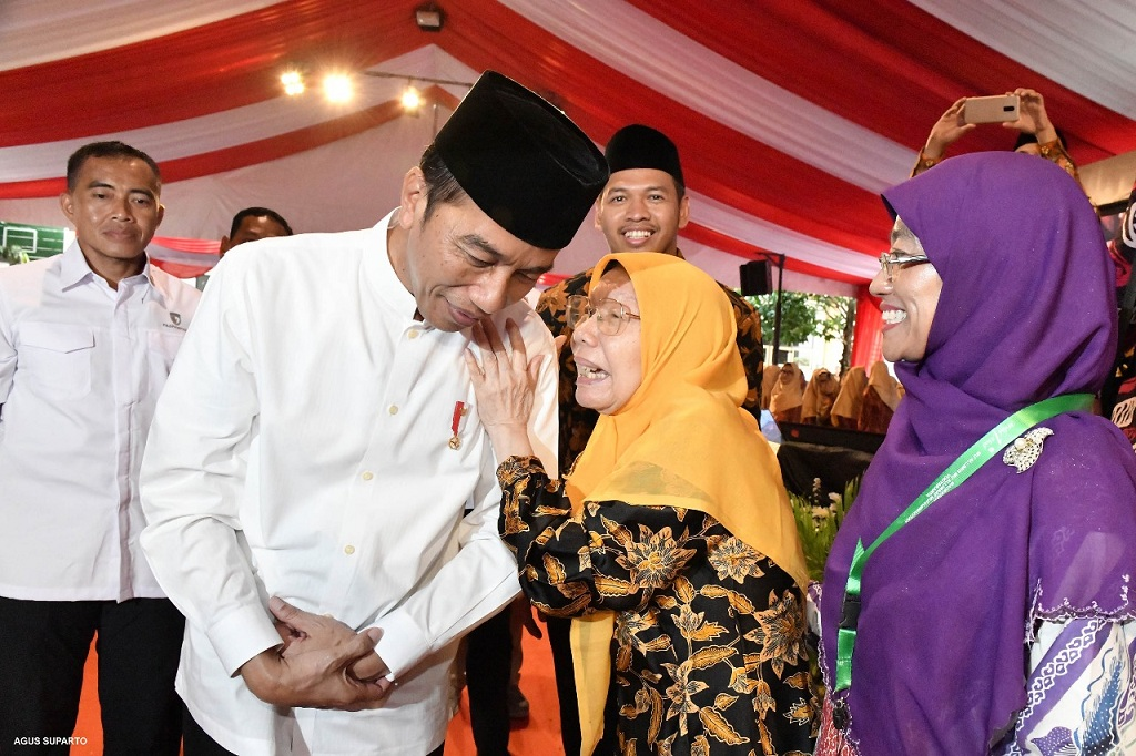 Peluk Hangat Tokoh Perempuan Muhammadiyah ke Jokowi