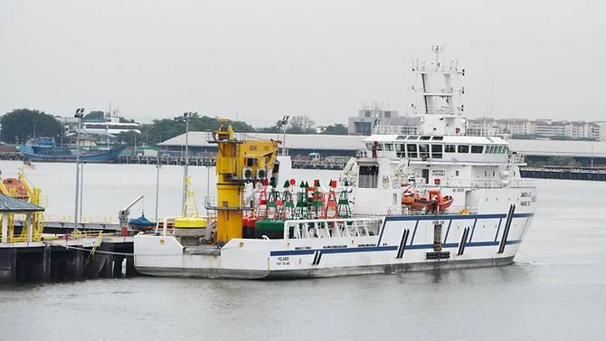 Kapal Malaysia Berlabuh di Perairan Singapura
