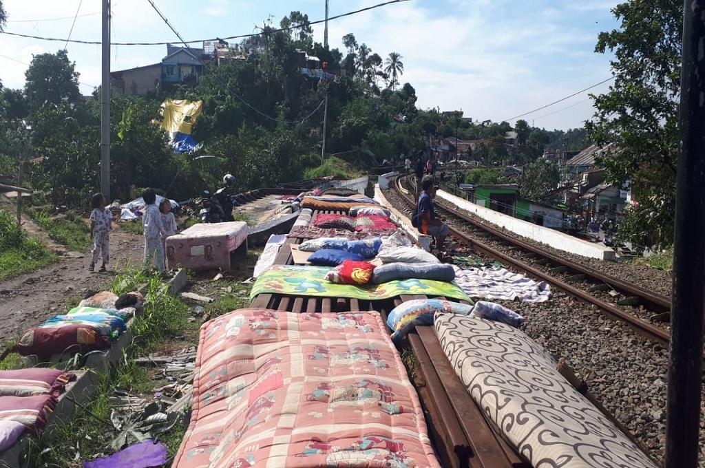 Korban Puting Beliung Jemur Kasur dekat Rel