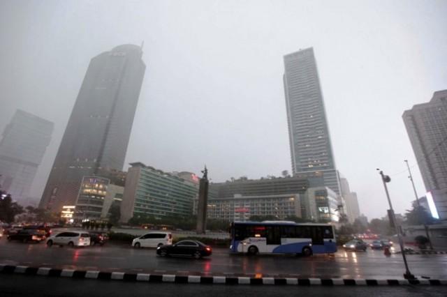 Hujan Lokal Hampiri Sebagian Wilayah Jakarta Siang Hari