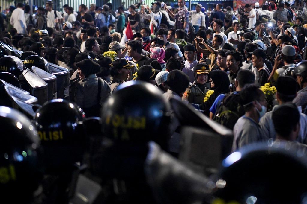 Polisi dan Massa Aksi Bentrok di Petamburan