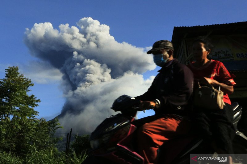 Gunung Sinabung Kembali Semburkan Awan Panas