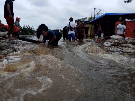 Tanggul Buatan Pemkot Tangerang Dijebol Warga