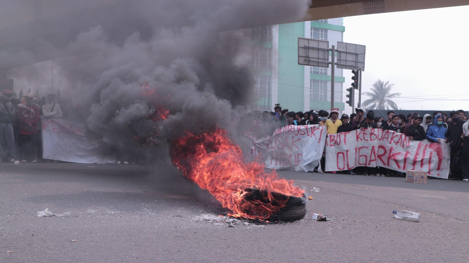 Mahasiswa Blokade Jalan Protokol Kota Bekasi