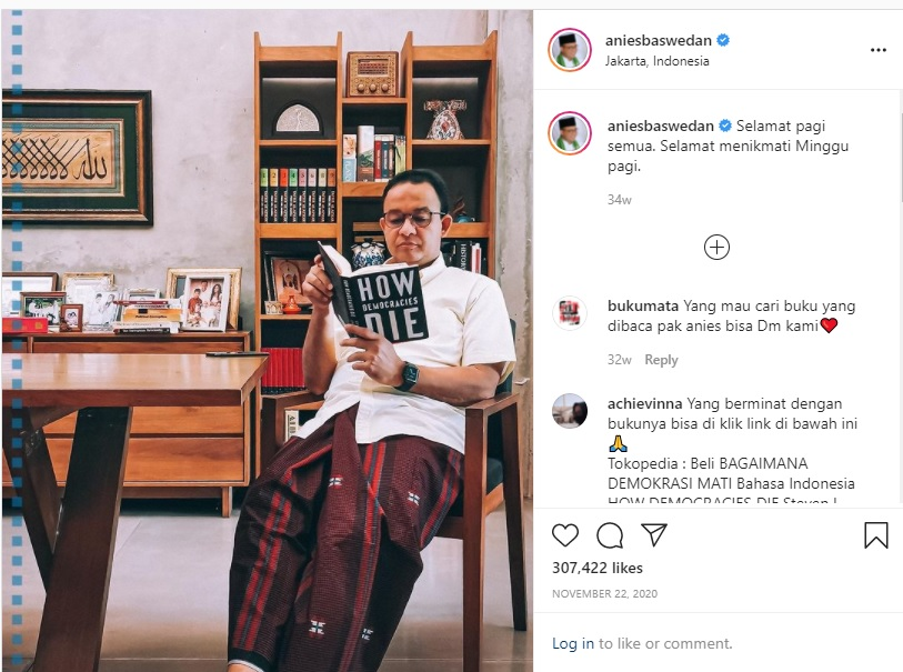 [Cek Fakta] Foto Anies Sedang Membaca Novel Enny Arrow? Ini Faktanya
