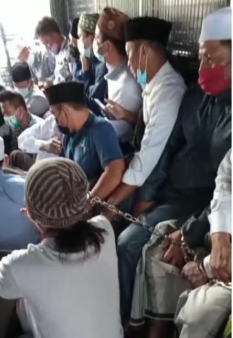 [Cek Fakta] Video Jemaah Salat Iduladha di Bekasi Diborgol Langgar PPKM Darurat? Ini Faktanya