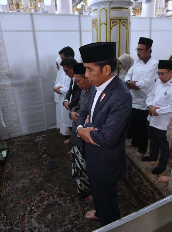 [Cek Fakta] Foto Saf Salat Jokowi Bercampur dengan Perempuan? Ini Faktanya