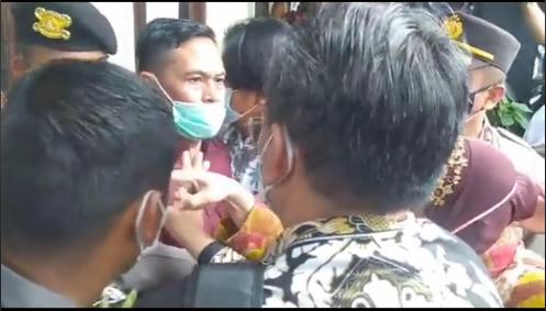 Aksi saling tunjuk Mensos Trirismaharini dengan aktivis. TikTok Tobibo37