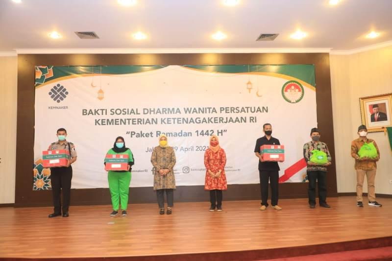 Pengemudi Hingga Petugas Kebersihan Mendapat Paket Ramadan dari Menaker