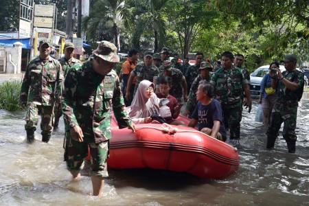 Petugas Keamanan di Bekasi Tewas Tersetrum Saat Banjir