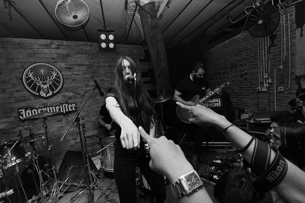 Devil Electric saat tampil di sebuah acara musik di kawasan Kemang, Jakarta Selatan, pada 14 Desember 2017 (Foto: Decky Arrizal)