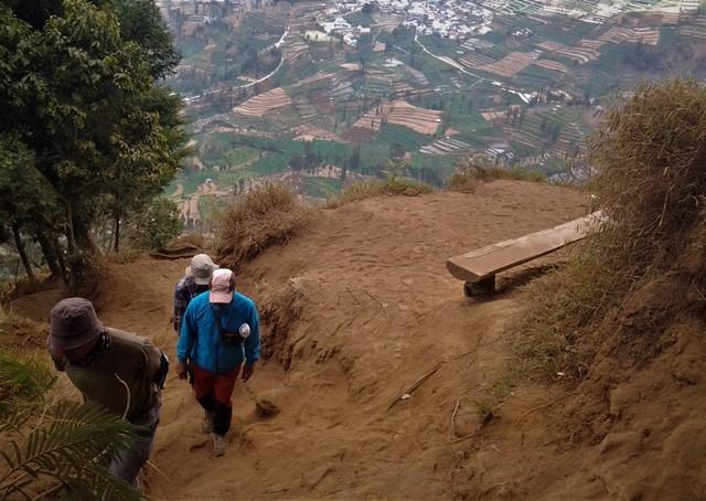 Memandang Gunung dari Pintu Tenda di Prau