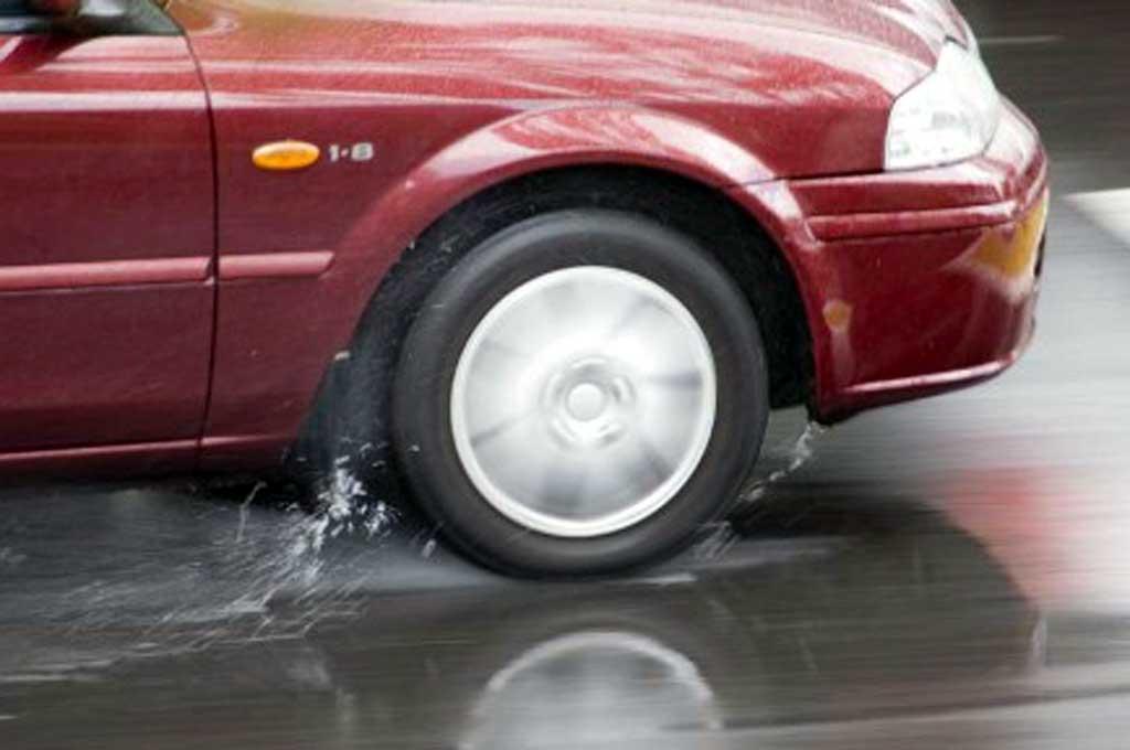 Hujan Deras di Jalan, Waspada Aquaplaning