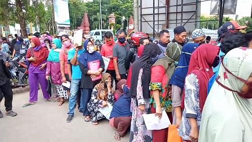 Warga di Cirebon Berdesakan Cairkan Bantuan Tunai