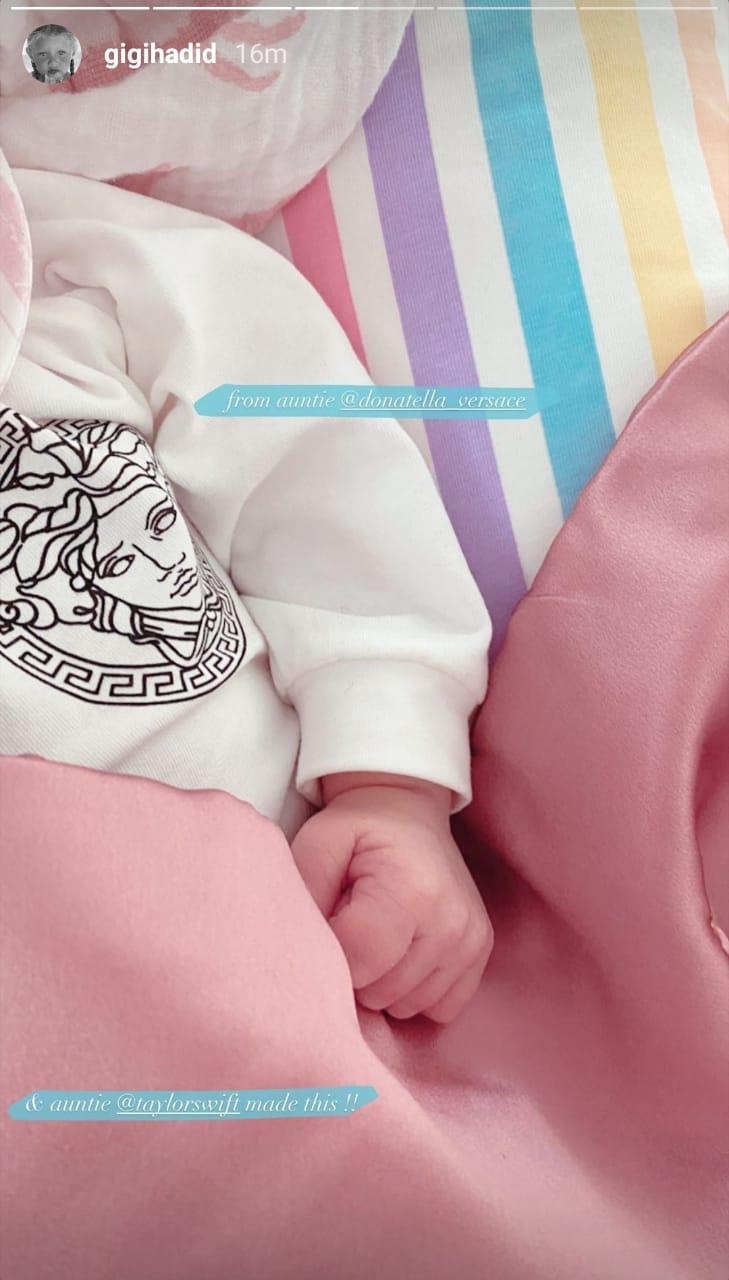 Putri Gigi Hadid dan Zayn Malik Banjir Hadiah dari Taylor Swift hingga Versace