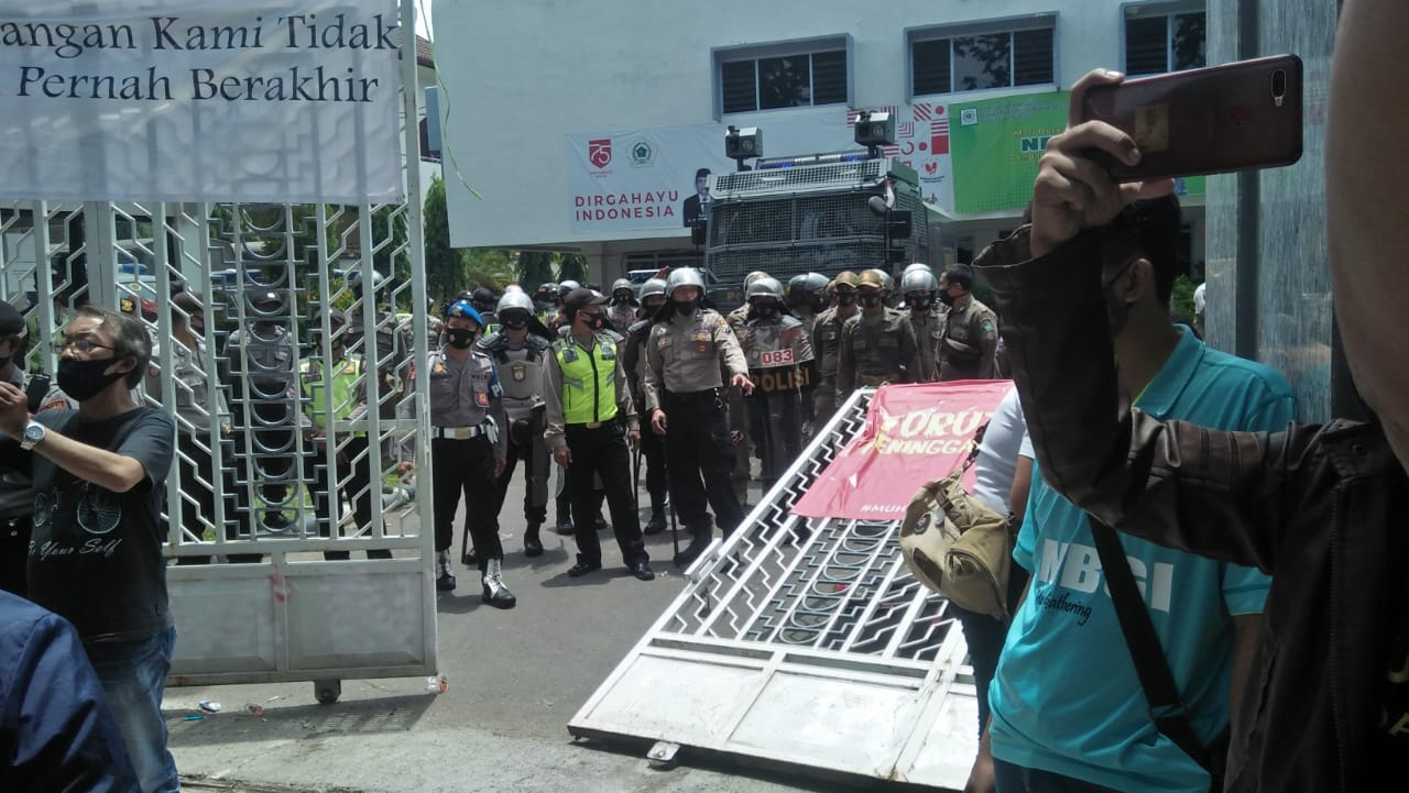 Demo Menolak UU Ciptaker di DPRD Sidoarjo Berujung Ricuh