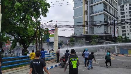 Aksi Massa Tuntut UU Cipta Kerja di Kota Tangerang Bentrok
