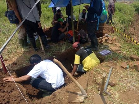 Tim Arkeolog Ekskavasi Reruntuhan Situs Purbakala di Malang