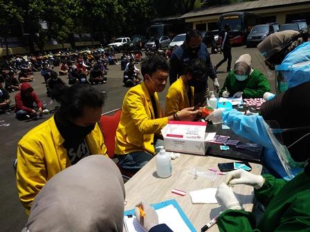 13 Peserta Aksi Unjuk Rasa di Bandung Reaktif Covid-19