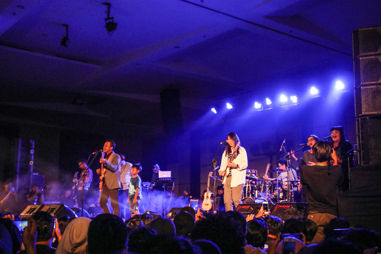 Foto Konser Mendadak Efek Rumah Kaca yang Penuh Kejutan