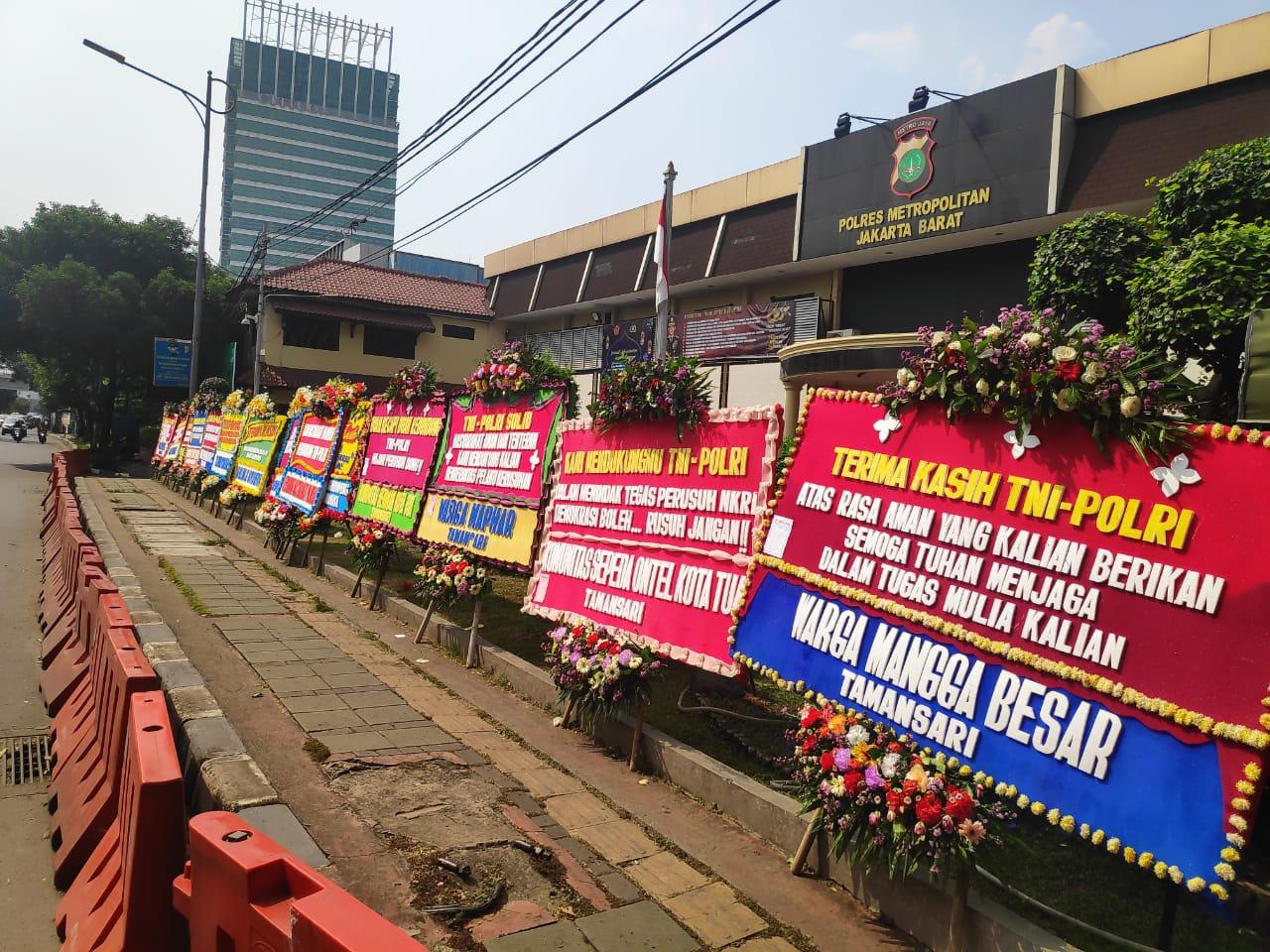Polres Jakbar Banjir Karangan Bunga