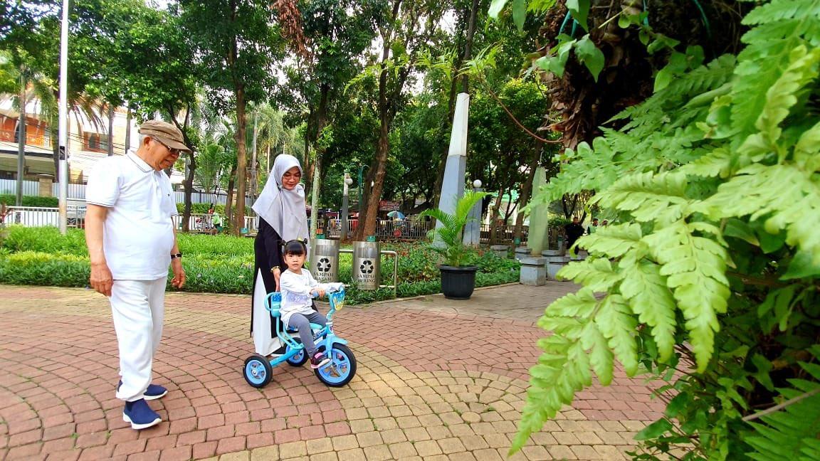 Hari Tenang, Kiai Ma'ruf Bermain Dengan Cucu