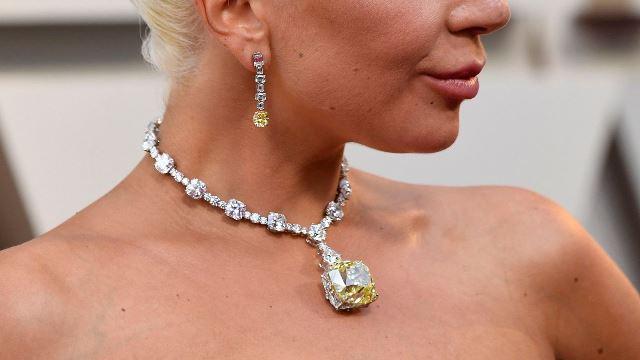 Lady Gaga Pakai Kalung Seharga Rp420 Miliar