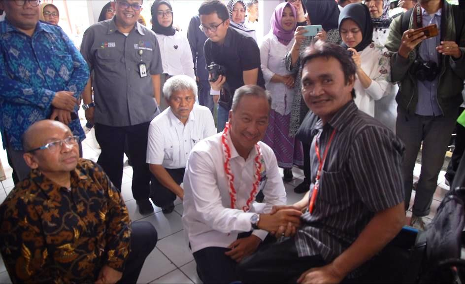 Kemensos Bagikan 2 Ribu Alat Bantu Dengar di Jawa Barat
