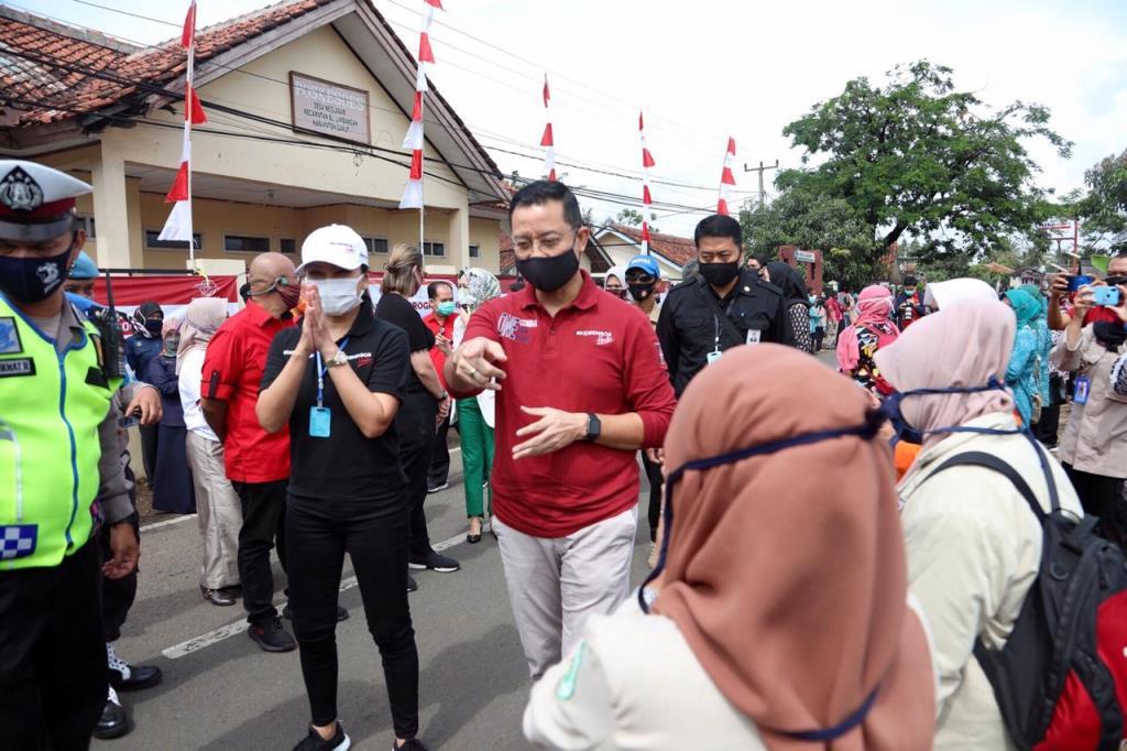 Mensos Juliari Tinjau Penyaluran Bansos Tunai Tahap lll di Garut
