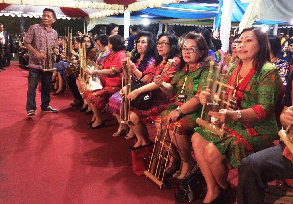 Gema Seribu Angklung di Festival Pesona Palu Nomoni