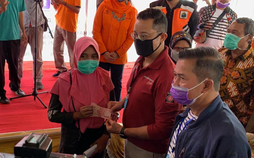Mensos Serahkan Bansos Tunai Perdana kepada 5.768 Keluarga di Serang