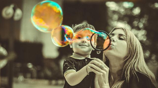 Kiat agar Anak Tenang saat Orang Tua Sedang Menelepon