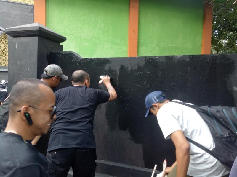 Kelompok Berbaju Hitam Rusak Cagar Budaya di Malang